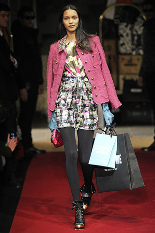 moschino_cheap___chic___pasarela_611956444_320x480