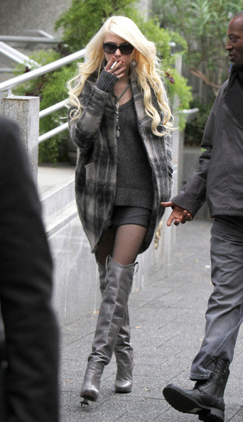 Taylor+Momsen+Smoking+Cigarette+Set+Gossip+t8pshZ_7gwbl