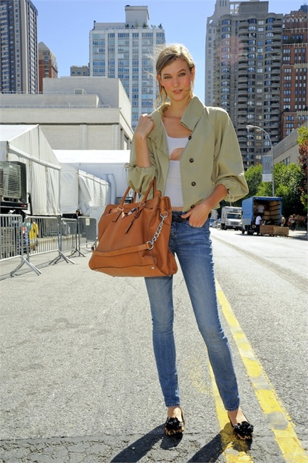 karlie-kloss-and-michael-kors-hamilton-padlock-large-tote-bag-
