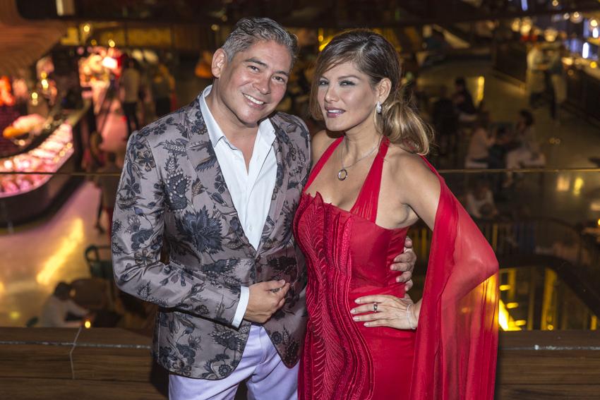 Boris Izaguirre y Ivonne Reyes con conjunto notti y reloj Luna