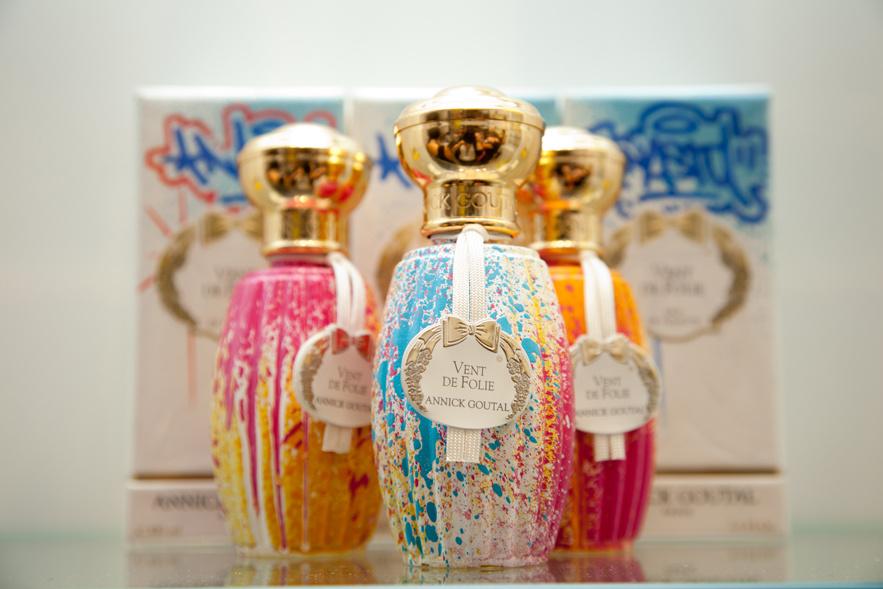 les_flacons_du_parfum_vent_de_folie_customis__s_fa__on_street_art_chez_annick_goutal_9204_north_883x.1